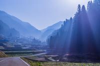 岐阜県 朝靄の光芒と農村