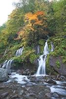 紅葉の吐竜の滝