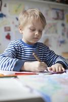 子供部屋でお絵描きをする男の子