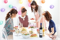 ケーキを見ている日本人女性