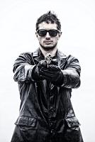 銃を構える黒いレザージャケットの男性