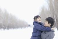 雪降る冬の日本人親子