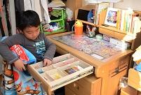 子供部屋で子供の成長 男の子(6才) 自分の勉強机がきた