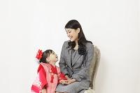 七五三の着物の女の子とお母さん