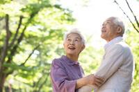 見上げる日本人シニア夫婦