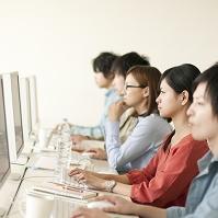 パソコンを操作する大学生