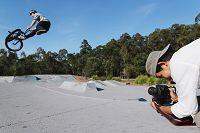 BMXをする外国人を撮影するカメラマン