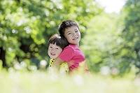 新緑の公園で遊ぶ兄弟