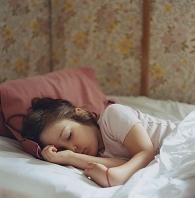 横を向いて眠る女の子