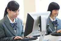 パソコンを操作する女子高生