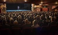 ステージを見つめる観客