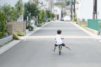 キックバイクに乗る男の子