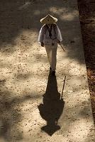 香川県 四国霊場第82番 根香寺の参道を歩くお遍路さん