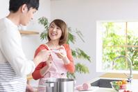 料理して味見する20代夫婦