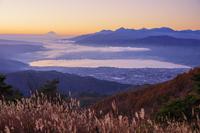 長野県 高ボッチ高原より諏訪湖と富士山と南アルプス朝景