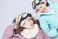 寝転ぶ女性スノーボーダー