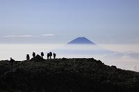 静岡県と山梨県の県境 間の岳から望む富士山と登山者と雲海
