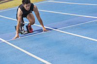スタートする義足陸上競技選手