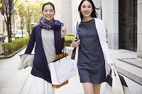 ショッピングを楽しむ30代日本人女性