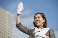 選挙演説中に手を振る候補者