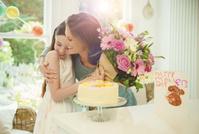 母に花束を渡す女の子