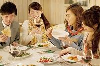 レストランで食事を楽しむ若者たち