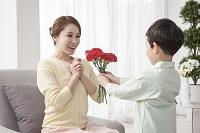 母の日に花を渡す男の子