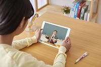 オンライン授業を受ける日本人の生徒
