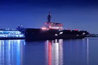 大桟橋に停泊中の護衛艦いずもの夜景
