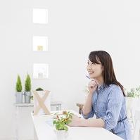 テーブルで手帳をひらく日本人女性