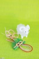 羊の置物と水引細工と緑の背景