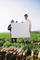 メッセージボードを持つ農家
