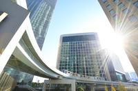東京都 汐留シオサイトの高層ビル群とゆりかもめ