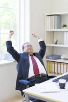 背伸びをする日本人ビジネスマン