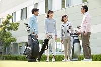 ゴルフ場で立ち話をする家族