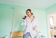 部屋で歌う女性