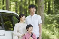 車で出かける日本人家族