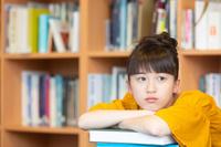 勉強をする日本人の女の子