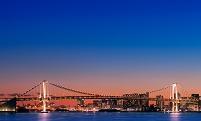 東京都 レインボーブリッジの都市の夕景