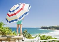 ビーチパラソルと夏の海