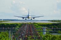 沖縄県 宮古島市 着陸する旅客機