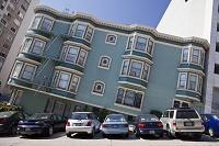 アメリカ サンフランシスコ 傾いた家