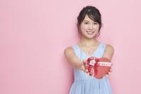 ハート型のプレゼントを持つ日本人女性