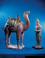 ラクダと小人の置物