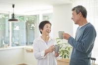 部屋でくつろぐ日本人シニア夫婦