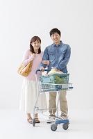 ショッピングをする日本人夫婦