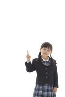 指をさす制服姿の女の子