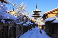 京都府 雪景色の八坂道と八坂の塔