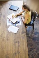 オフィスでノートを書く外国人ビジネス女性