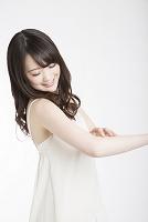 腕にクリームを塗る日本人女性